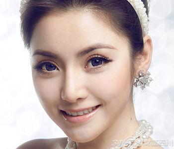Q1:一个好的眉型是否能够改变一个人的容貌呢? 我觉得一对漂亮的眉毛可以开阔一个人的容貌,使她的脸型更加立体。经过很好修整的眉毛,拥有自然丰满的眉型和眉色,并且最重要的是:漂亮的眉峰!没有杂乱的,过长的杂毛,也没有模糊的上眉线;没有过度拔毛或圆润的弧度,也没有不明显的眉峰。