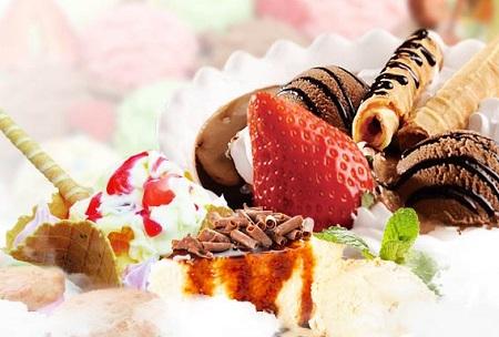 把不同口味的冰淇淋和各色糖果