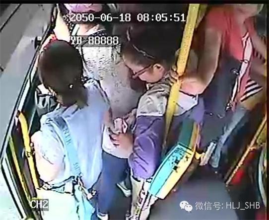 19日,记者来到红专街67路公交车终点站,见到了当时开车的驾驶员赵伟。他告诉记者,当时是8点05分左右,我开车经过建国公园站时,上来一个穿紫色衣服大概20多岁的女的,上车后我就发现她总在挤别人,当时也没多想,但几分钟后车快开到下一站建国街时,紫色衣服女子旁边的一名女乘客突然喊,我的钱包丢了,紧接着旁边又有一名女乘客也喊钱包没了。我告诉她们别着急,因为车上刚刚就只有这个紫衣女子在一直挤别人。正好此时公交车到站,这名紫衣女子就准备在前门下车,我立即大喊别让她下车。而此时她已经从前车门下去了,有一名穿黑衣