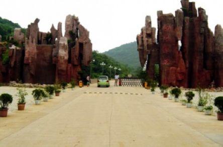 狼巷迷谷——示出顽强的生命力  狼巷迷谷风景区,位于安徽凤阳县城