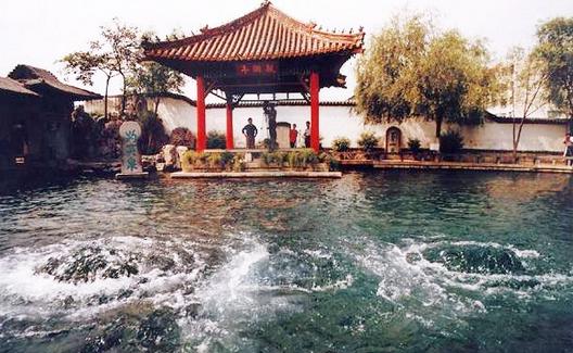 >  山东生活 > 济南旅游路线推荐   济南有三大胜迹:大明湖,趵突泉和