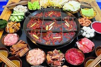 品牌加盟 左右渝缘老火锅 消费者排队吃  在菜品上,左右渝缘老火锅不