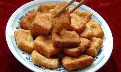 油炸豆腐的家常做法_精彩湖南 >  精品推荐 湖南火宫殿臭豆腐的做法  (2)油炸臭豆腐将青矾
