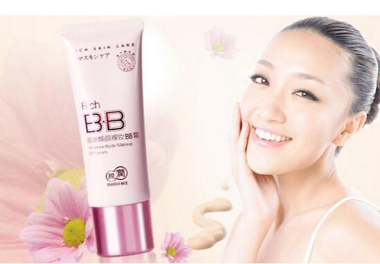 化妆品消费者最看重化妆品的哪些方面?第一肯定是品牌,特别一些具有国际影响力的国际大品牌更是受到广大消费者的热捧。而化妆品创业行业也是一样,正是有了消费者对于国际化妆品的巨大需求促使国际品牌化妆品加盟在几年得到了快速成长,特别是国家政策对于进口商品的扶持,使国际品牌化妆品加盟更是成为了热门行业,很多朋友对于国际品牌化妆品加盟主要是有几个担心,最怕的还是怕加盟公司的货源和运作模式,其实现在很多具有国际贸易背景的大公司都有直接售卖进口化妆品的能力,中国的国际化是国际品牌化妆品加盟的最大依靠。