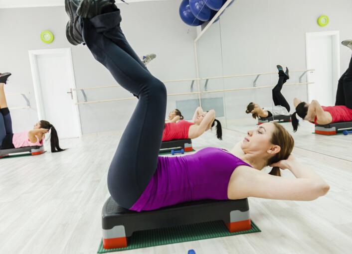 冬季是最容易长胖的季节,但是也是容易减肥的季节,冬天我们代谢会提高,但是总体上来说我们的运动量是大大减少的。寒冷的气温下,运动变成一件苦差事,一直不爱动地呆在室内,身体无法消耗卡路里,反而使得热能留守,血液不循环导致容易发胖。冬天做什么运动减肥?只要是有氧运动就可以让你冬季胖不起来。 当外界的温度低于10摄氏度时,身体为了维持体温,会从内脏处取热。而为了保持36度的正常体温,我们的身体会努力地制造出热能,从而消耗了卡路里,代谢也就提高了。也就是说,外界气温越低,我们的代谢提高越多,我们也就更容易瘦下来。