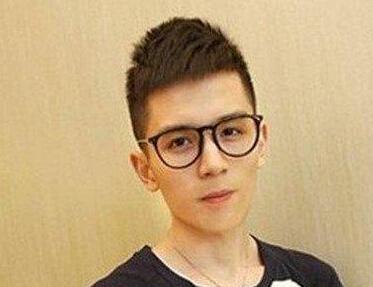 男生戴眼镜的发型 眼镜不是阻力哦