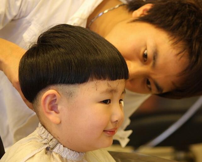 毛碎头小男孩短发发型散发出小男孩最纯真最天真的