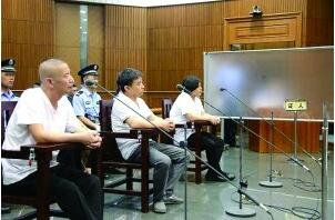 """毒贩出庭受审 参与抓捕警察遮挡屏后""""隐身""""作证"""