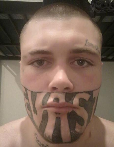 新西兰19岁男子因半脸纹身求职难 网上晒照求工作