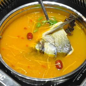 小嘴65度C美蛙鱼头火锅的食材
