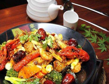 在区县开一家拿渡麻辣香锅每月能赚多少钱啊