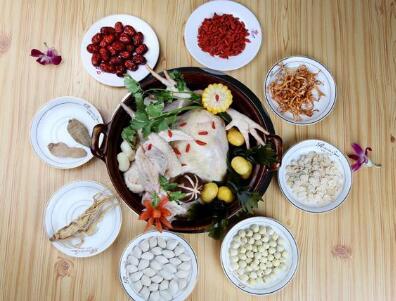 而是根据南北地域不同的饮食文化演变而来,在汤底中加入了十八中自