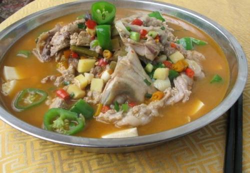 逗你捞石烹鱼头火锅是传统食品当中的经典美食
