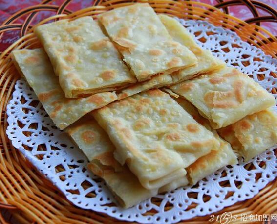 印度甩饼的做法 制作工艺   1. 将水和炼奶搅匀,放入沙糖、盐拌至融化
