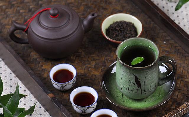 乌龙茶又称之为青茶,属于半发酵茶。是我国极大茶类之中具有明显且独特鲜明特征的茶叶品类。并且乌龙茶以其显著的茶叶功效作用被人们广为接纳。尽管很多人喜欢乌龙茶,但还是不大明白乌龙茶怎么泡。接下来就为大家详细解说到底乌龙茶怎么泡。 乌龙茶怎么泡之冲泡要领 乌龙茶的冲泡时间由开水温度、茶叶老嫩和用茶量多少三个因素决定。一般的情况下,冲入开水23分钟即可饮用。但是,有下面两种情况要做特殊处理:一是如 果水温较高,茶叶较嫩或用茶量较多,冲第一道可随即倒出茶汤,第二道冲泡半分钟后倾倒出来,以后每道可稍微延长数十秒时间。