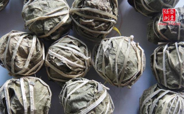 海南的气温高,经过春天的生长之后,进入初夏,鹧鸪茶树的叶子,大都是老