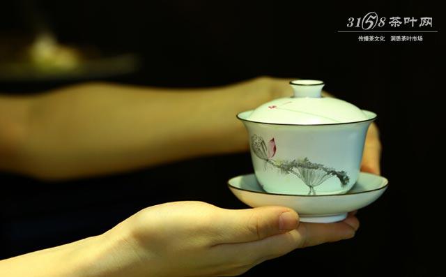 盖碗怎么用 你知道为什么喝茶都要用茶盖拨一拨吗
