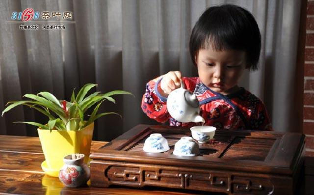 第六步是奉茶,双手将冲泡好的茶依次敬奉给宾客,行伸掌礼请宾客用茶。 第七步是收具,奉完茶后将不需要用了的茶具收回,顺序为先的后收回。比如你先用了茶荷后用的茶巾,那就先收茶巾再收茶荷。笔者认为这一步也可以后面再来做,自己泡完茶先和宾客聊聊天说说笑也无妨。 品饮是从零开始学泡茶的第八步。先闻香,感受沁人心脾的茶香在灵魂里徜徉;再赏茶舞,观茶叶在杯中沉浮飘舞;然后才是品茶味,慢慢感知茶的滋味。其实在品茶的时候能备些赏心悦目的精致茶点,是非常棒的。 续水和复品,是从零开始学泡茶的新手们也要了解的。宾客们杯里的茶汤