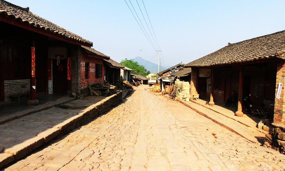 2当行走在云南边陲的倚邦古镇,看到显示着威凛主权的五星红旗,在高原火热的太阳照耀下迎风飘扬,以及踏着那不长的石板路,心中显得格外温馨与自豪。