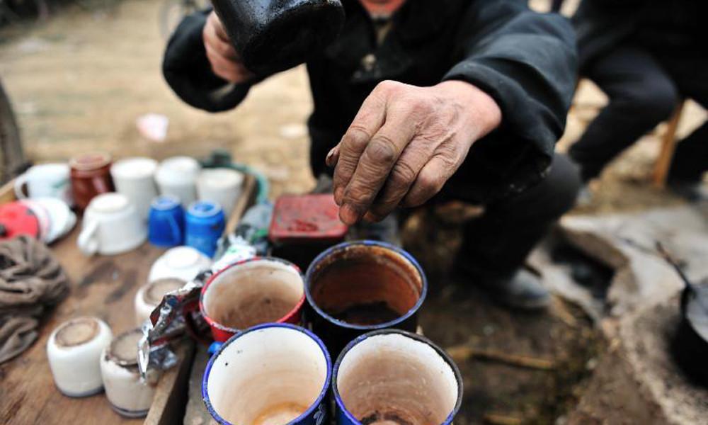 3喝着当地居民随意用大搪瓷缸泡的茶,那甜润的滋味一下就涌入心田。从心底暖暖升起的一股来自远方亲人带来的独到的温暖。