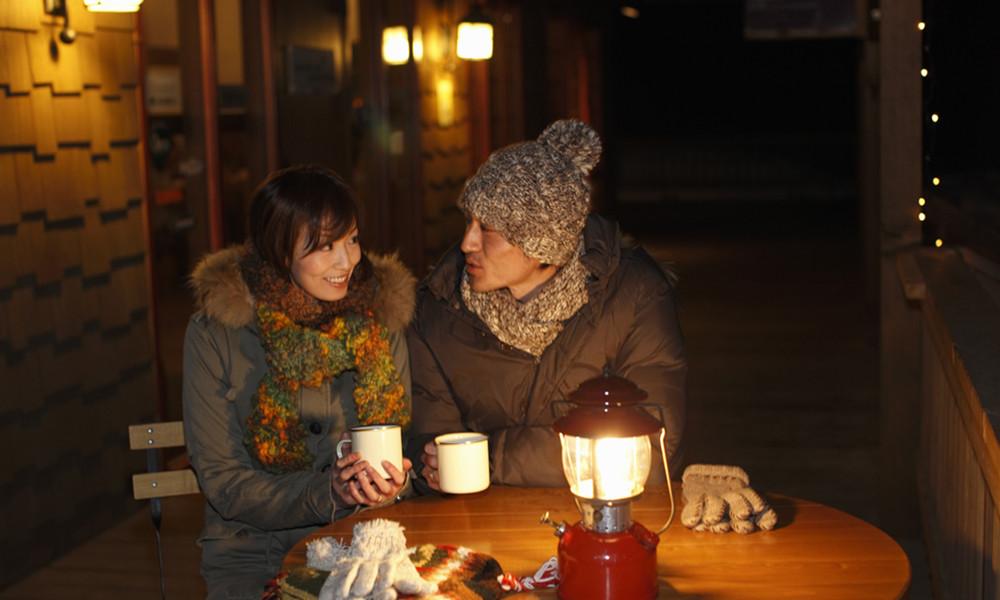 5茶没有烟的刺激,酒的迷醉,也没有咖啡的华丽和巧克力的甜腻,它所给予我们的是含蓄、是清新和妥贴,是淡谈的温暖和静静的私人空间。可谓,哪里有茶,哪里就有亲情就有家。而这是别的物品所无法替代的。