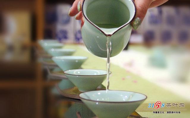 喝茶看起来很简单,其实里面的学问可大着呢,就拿简单的倒茶来说,一般大家会觉得倒茶不就是把茶水倒在茶杯里吗?但其实这里面有很多你不知道的秘密,自己喝茶的时候随便点没关系,要遇上正式的客人,不知道里面的细节,那可就失礼了,那茶要怎么倒呢?正确的倒茶方法是什么样的?   倒茶要均匀   先来想一想,你倒茶的时候是不是拿起茶壶先倒完第一杯再倒第二杯、第三杯这样倒茶看起来似乎挺合理的,有条有序,只是忽略了一点:茶浸泡越久会越浓。所以这样子倒出来的茶汤会浓淡不均,前面一杯的茶汤比较淡,后面的比较浓,要是一起品茶的