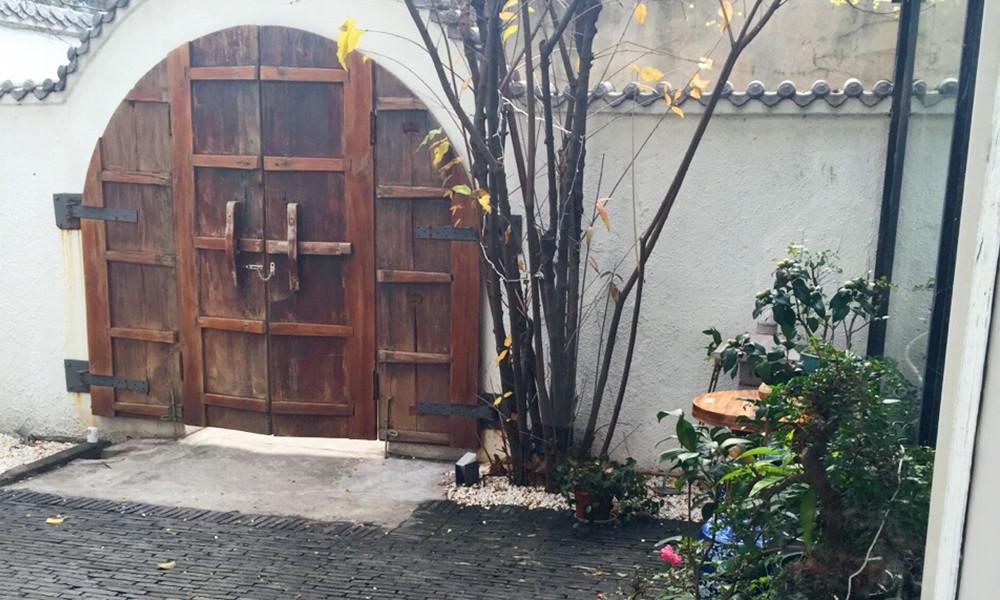3虽是新翻修的院,这古朴确实是朋友的风格,木门、青瓦、盆栽,和古砖地板