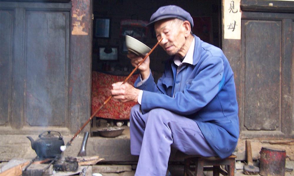 2百抖茶是云南凤庆独特的传统茶俗,也是云南新平彝族、傣族自治县群众一种颇具当地特色的饮茶方式。当地的彝族、傣族老年人,特别喜饮瓦罐烤茶。