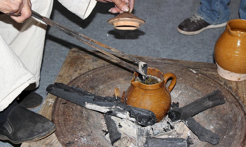 5茶叶如烤不到火候,就透不出特有的焦香,但如烘烤时间过长,则会导致茶叶焦糊而失去茶味。这就要求茶烤至恰到好处,故须经上百次的抖动而使茶叶受热均匀,这百抖茶名称也因此而来。