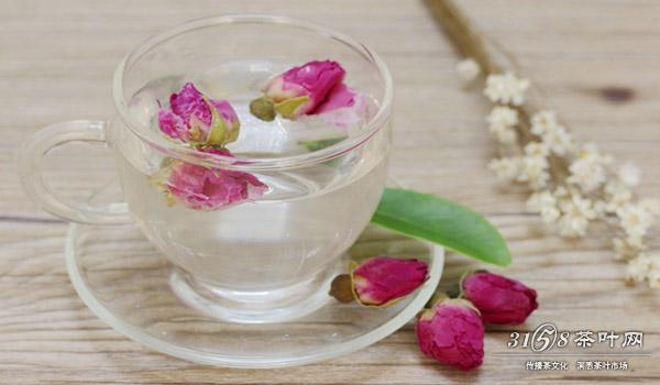 首先一杯好的玫瑰花茶是需要一个强大的助攻的,谁来帮助它都会发挥它不同的功力的?如何泡玫瑰花茶是关键,拿美容养颜来说,你需要有玫瑰花、柠檬、枸杞、茉莉花、红枣。第一个步骤是将这些材料放入壶中,用开水冲泡,可用沸水。至于口味的浓淡就需要你自己把握了。 要想它发挥出美白祛斑的功效就比较繁杂了,需要配以中药进行辅助了,茯苓、白芷是两味常见的药材,一般药店就有。其次还需要白菊花、莲子、大枣。材料准备齐全,如何泡玫瑰花茶就简单了。把事先准备的材料一起放入砂锅,当然一般的锅具也可,为确保效果建议使用砂锅。然后加入清水