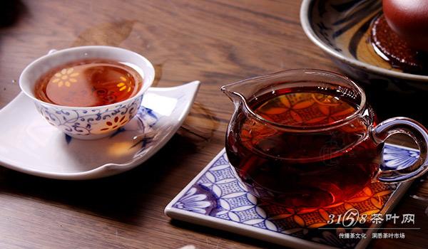 普洱茶的泡法一:干底泡法   这种普洱茶泡茶的方法类似乌龙茶,每泡茶汤尽出,不留茶根。这样冲泡可以很好的欣赏普洱茶的水路变化,看看普洱茶是否耐泡,体验每一泡普洱茶茶汤的汤色、香气、滋味等变化。   普洱茶的泡法二:留根泡法   这种普洱茶泡茶的方法就是洗茶后,每次都将泡开的茶汤留一部分,不把茶汤倒干 。采取留二出八、留半出半的方法,留根闷泡法可以调节从头到尾的茶汤滋味,使普洱茶每一泡的茶汤变化不那么突兀。   普洱茶的泡法三:煮泡法   这种普洱茶泡茶的方法适用于较粗老的茶品,像经过轻度潮水工
