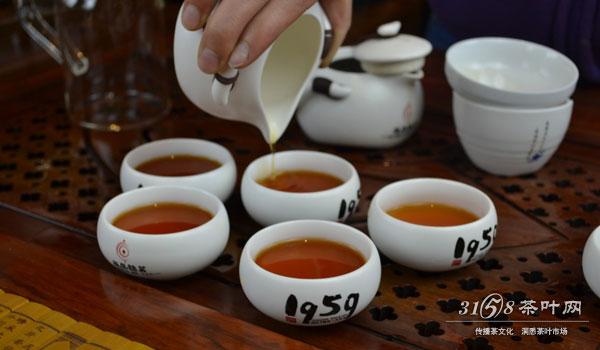 红茶泡菊花的功效有清热、消暑、解毒、消食、去肥腻、利水、通便、祛痰、祛风解表、止咳生津、益力气、延年益寿等功效。(菊花以杭白菊和黄山贡菊为上品),并预防蛀牙与食物中毒,降低血糖值与高血压,有很好的除脂降脂作用。红茶偏温,所以胃肠不好的人或冬季更适宜饮用红茶。 由此可见,红茶泡菊花的制作方法还是并不复杂的。所以,大家想要尝试的话,不妨就按照上文教授的方法来执行吧,相信不用多久就可以做好红茶泡菊花的。除此之外,红茶泡菊花的功效与作用也是非常多的,这点大家通过上文的阅读,自然也可以明白的。