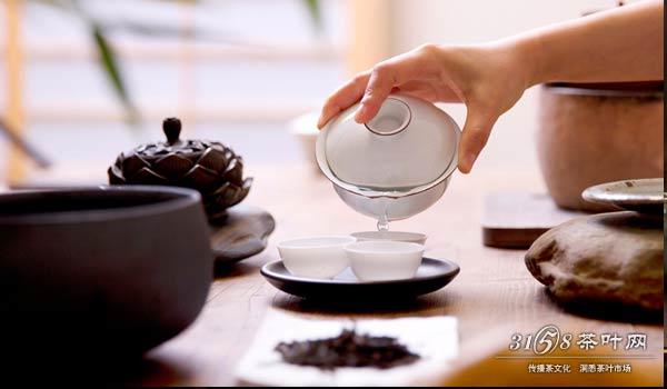 我们老板天天叫我给他泡茶,洗杯子是什么意思?