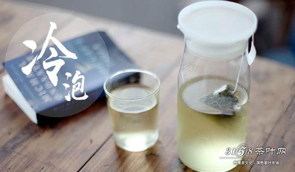 虽然冷泡茶比较小资,但是在茶叶市场上出现的冷泡茶,还只局限于台湾冷泡茶,如果说用乌龙茶来做冷泡茶,在铁观音、武夷岩茶、冻顶乌龙以及凤凰单丛茶中,最好喝的莫过于凤凰单丛茶。 秒杀价格最低的品牌茶,关注柒拾贰匠微信  沸水开汤醒茶,会沸水唤醒茶叶还滤掉极易溶于水的咖啡因和比较糙的化学物质,更利于茶叶释放出精华物质。  醒茶之后,将茶置于冷泡壶内,注入冷开水或者纯净水,放入冷藏室,冰镇10个小时左右,倒出来喝的茶汤往往会有清甜的花果香茶汤,冰凉丝滑非常好喝。这样的冷泡茶虽没有热水泡茶的高香,但是相比雪碧可乐这样