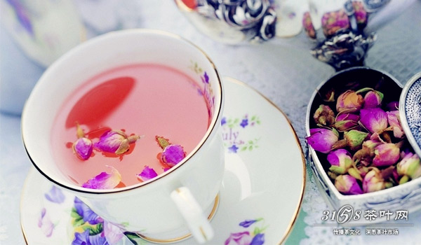 红枣枸杞玫瑰花茶 准备大红枣3颗,枸杞20颗,干玫瑰5朵,将红枣和枸杞洗净,连同玫瑰花茶一起投入茶杯的热水中,盖上盖子闷泡十分钟左右。红枣含铁量高,能补血;枸杞可以促进血液循环,调节内分泌,还能明目。红枣、枸杞和玫瑰搭配在一起,帮助女性补充气血、润肤养颜,而且红枣本身带有甜味,喝起来也是甜甜的!