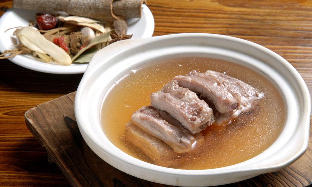 3.这家的肉骨茶走潮州风格,没有药材味道,而是胡椒调味的清汤肉骨茶,汤汁醇香鲜美,令人回味。