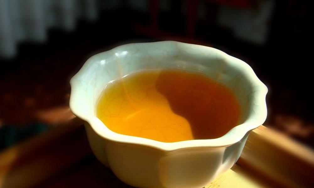 5.而在吃肉骨茶的时候,必须饮茶,这样才显得别具风味。其中的茶也有讲究,大多数都是福建特产的铁观音、水仙等乌龙茶。