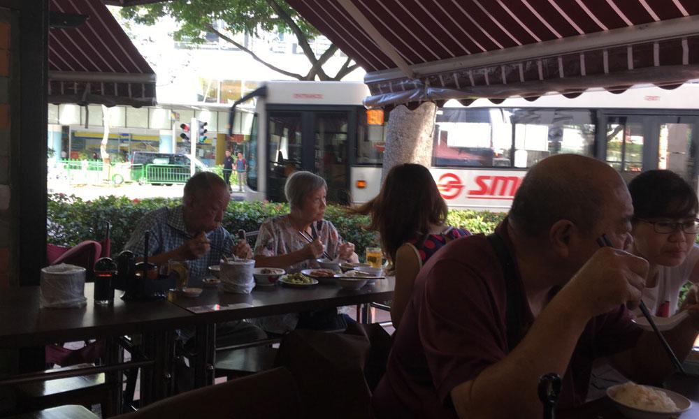 6.肉骨茶一直是新加坡人的传统饮料,现如今已经成为了一种大众化食品。
