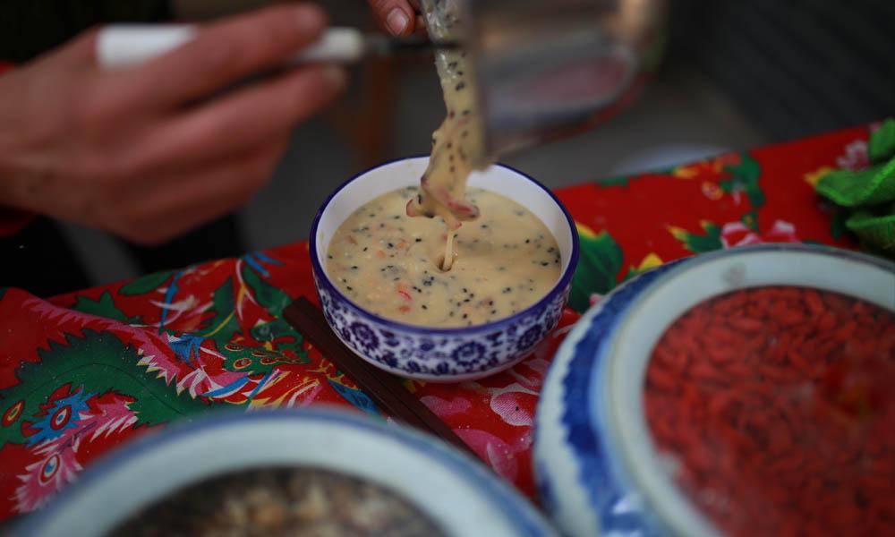 """6.茶汤相传源于明代,因用水冲熟,如沏茶一般(并不是用茶叶),故名茶汤,有所谓的""""八宝""""之说。"""