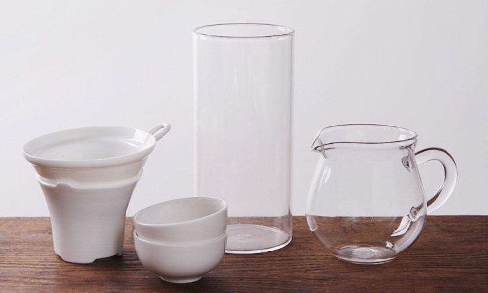 2.高档细嫩名绿茶,一般选用的是透明度好的玻璃杯或是白瓷杯饮茶,而且无须用盖,这样一则增加透明度,便于人们赏茶观姿;二则以防嫩茶泡熟,失去鲜嫩色泽和清鲜滋味。