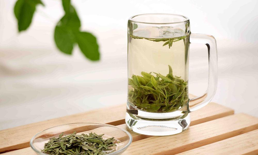 4.对于明前龙井茶这样的高档名优绿茶,建议选择上投法。即先将摄氏75-85度的沸水冲入杯中,然后取茶投入,茶叶便会徐徐下沉。通常一克茶叶用水50ml至60ml为宜,这样冲泡出来的茶汤浓淡适中,口感鲜醇。