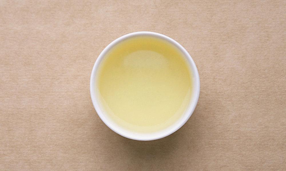 5.不要让龙井茶久泡,沏泡后马上把茶汤从沏泡茶具中倒入喝茶用的茶杯,以保留茶味。饮茶前,一般多以闻香为先导,再品茶啜味,以品赏茶的真味。另外,绿茶冲泡,一般以2-3次为宜。若需再饮,那么,得重新冲泡才是。