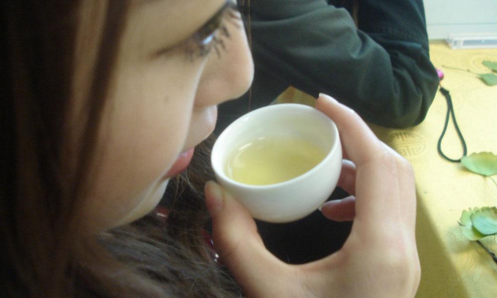 6.捧一杯龙井茶浅啜,感受春风拂面。这杯龙井茶,汤色嫩绿清亮,清香与炒豆混合香透出,回味甜香、花香,细幽清长。茶汤柔和,细腻鲜爽,齿间生津不断。