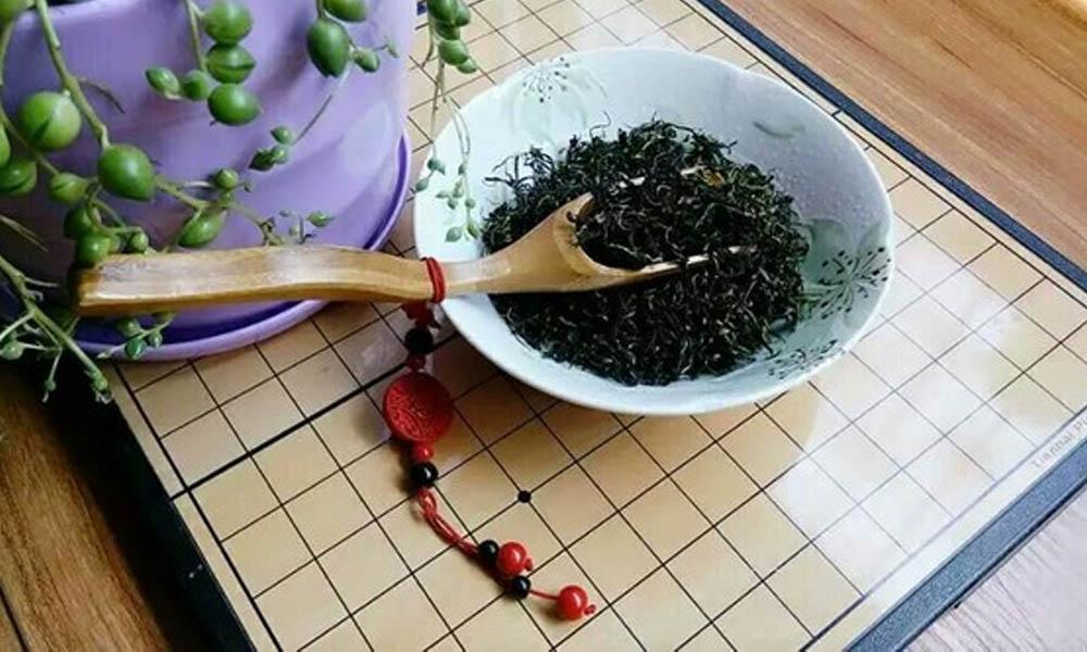 1.蒲公英既能直接食用,还能制作成蒲公英茶来喝。蒲公英含有丰富的维生素和矿物质,有强化肝脏的作用,能降低胆固醇,总之经常喝蒲公英茶对身体是很有好处的。闲话少说,一起自己动手来制作蒲公英茶吧!