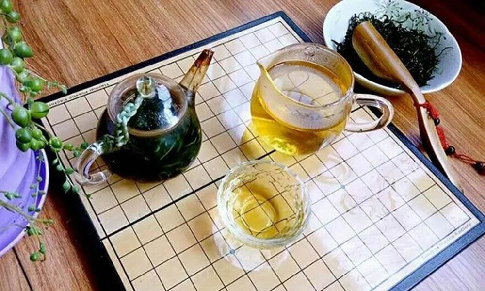 6.蒲公英的炒制方法同炒茶手法一样。蒲公英茶和平时咱们喝茶时是一样的,热水冲,放温饮。茶汤呈黄色,头水口感微苦,润滑。二三水茶甘甜,汤色依然呈黄色。