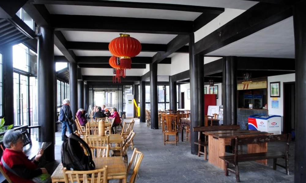 6.在这独具茶乡特色的环境之中,大家可以品一杯地产的黄龙岘清茶,也可品味刚刚在炒茶坊自己烘焙的新茶。