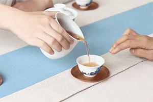茶礼须知 被倒茶者手指需轻敲桌面三下